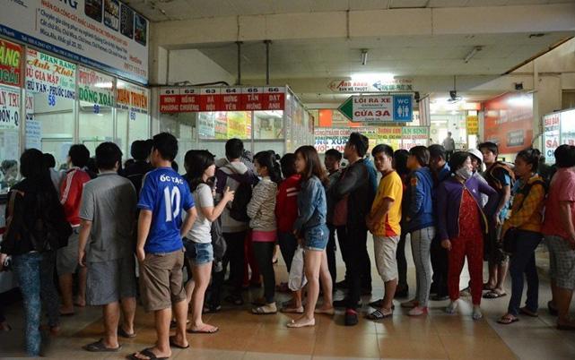 Hình ảnh nhọc nhằn mua vé tàu xe mùa Tết 2015