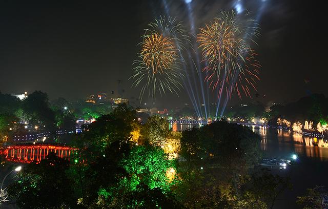 Hình ảnh điểm bắn pháo hoa đêm giao thừa Tết Ất Mùi trên cả nước