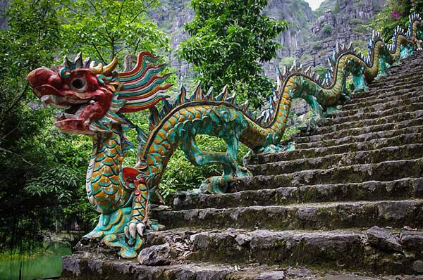 Những bậc đá dẫn lên đỉnh núi được trang trí bằng rồng phượng