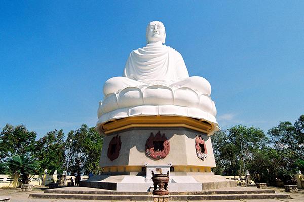 Tượng Phật trắng chùa Long Sơn