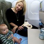 Trẻ sơ sinh đi máy bay cần giấy tờ gì, chuẩn bị ra sao?